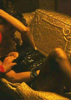 Знаменитость Ека Мендес не носит лифчика под блузкой и снимается в откровенных сценах фильмов - фото 8