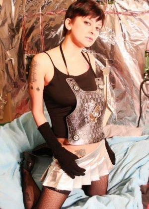 Развратница готова показывать свое тело всем подряд, лишь бы доказать, что ее тело достойно восхищения - фото 7