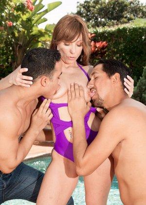 Муж застукал жену, во время ласк с чистильщиком бассейна и трахнул ее вместе с ним - фото 14