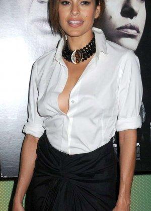 Знаменитость Ека Мендес не носит лифчика под блузкой и снимается в откровенных сценах фильмов - фото 5