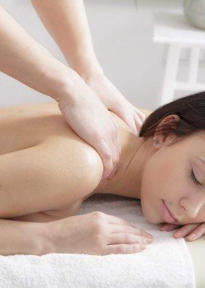Шери Ви обслуживает нежный массажист, который постепенно приступает к ласкам ее дырок и траху на массажном столе - фото 10