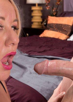 Секс с пухлой блондинкой, парень присунул не только в горячую вагину телке, но и между ее сисек - фото 14