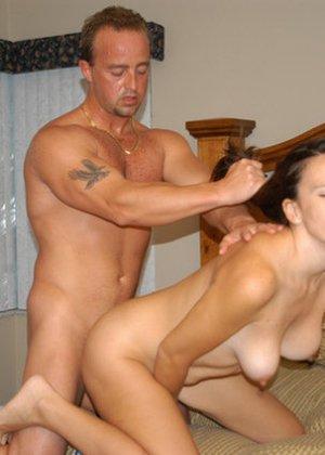 Мужчина раздевает сексуальную брюнетку, чтобы полюбоваться ей, а затем оттрахать на кровати - фото 2