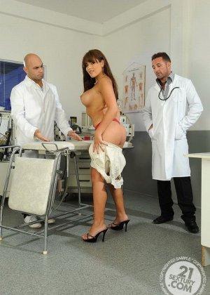 Знойную женшину выебали в две дырки два гинеколога - фото 9