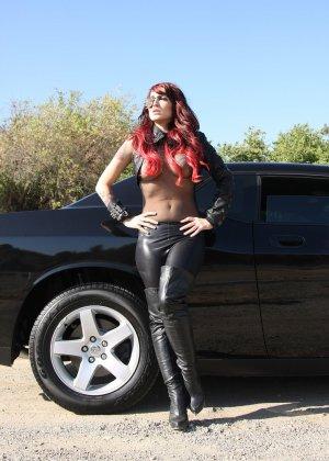 Рената вышла из авто и показывала свои сиськи - фото 4