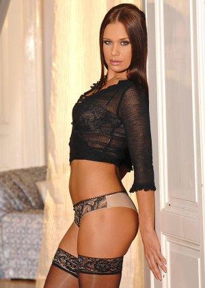 Эротическое соло красотки Мари, она в черных чулках показывает бритый вареник и небольшие торчащие сиськи - фото 8