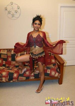 Элитная для Индии шалава показывает пизду и небольшую грудь - фото 7