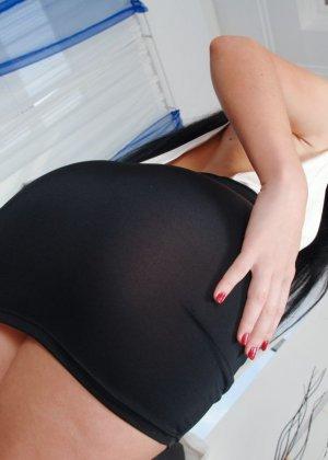 Изабель Кларк любит большие анальные игрушки, фото которых в ее заднице вы сможете увидеть здесь - фото 5