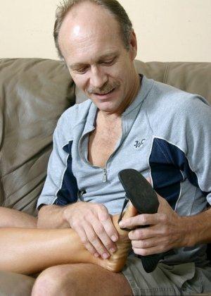 Взрослый мужик лижет пальцы ног девке, пока она мастурбирует, затем дрочит ее ступнями себе хер - фото 6