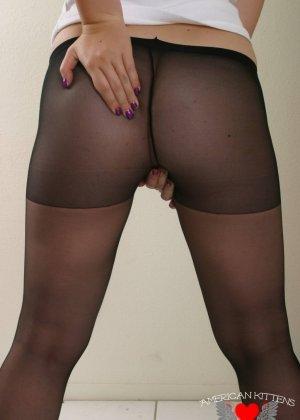 Жопа без трусов в колготах, пухлая дамочка любит, когда ее ноги обтягивает тонкий нейлон - фото 12