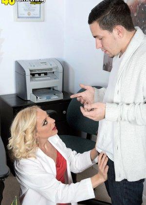 Парень выебал блондинку в офисе, она сама вытащила его член из брюк и принялась сосать - фото 10