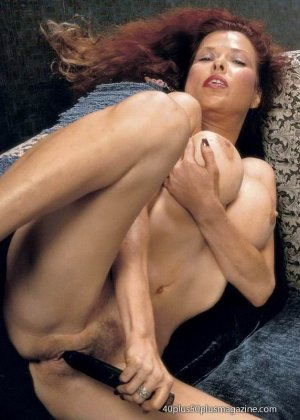 Грудастая женщина с рыжими волосами, садится пиздой на самотык - фото 3