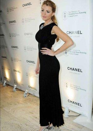 Сквозь платье Блейл Лайли, можно кое-что разглядеть - фото 3