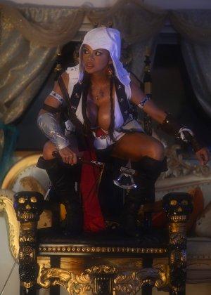 Арми Филд в роли очаровательно воительницы, ее большие невероятно упругие буфера невозможно не заметить - фото 4