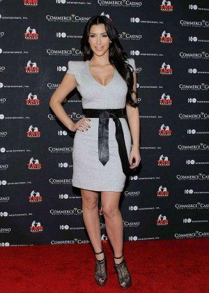 Ким Кардашьян показывает себя в разных ярких нарядах – она доказывает, что обладает крутой внешностью - фото 7