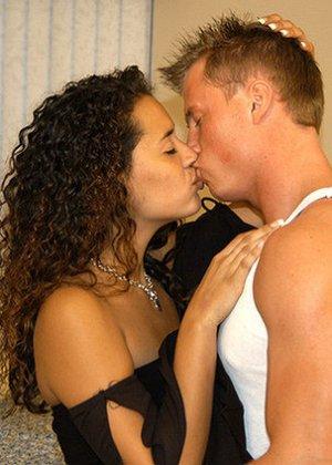 Красивая латина познакомилась с мужчиной в летнем кафе и пришла к нему домой потрахаться - фото 7