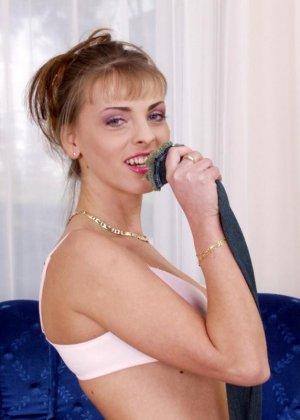 Блондинка сняла нижнее белье и засунула в рот большой дилдо - фото 10