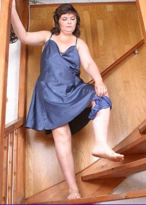 Пожилая русская полнушка, гуляя по дому в ночнушке, сняла с себя трусики - фото 11