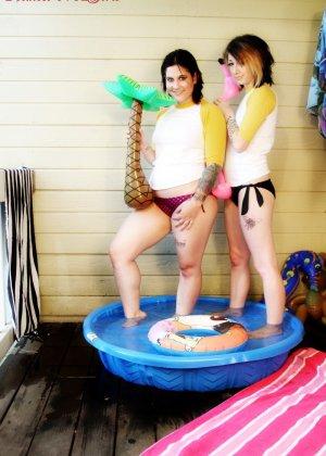 Лесбиянки залезли в небольшой бассейн, и помогают друг другу раздеться, а уж потом будут показывать большую жопу и аккуратную дырку - фото 8