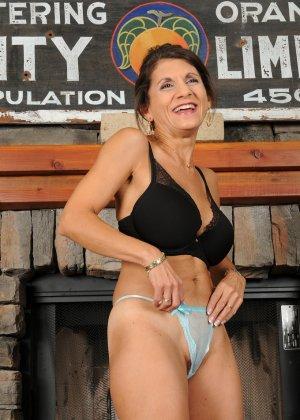 Женщина 48 лет без стеснения показывает свою дырявую и волосатую пизду - фото 13