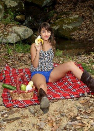 Кимми Грейнджер взяла на пикник кучу еды, в том числе и большой огурец с кочаном кукурузы для своей пизды - фото 8
