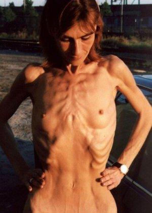 Очень худые телки показывают свои тела обнаженными - фото 8