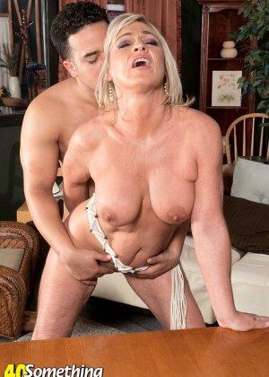 Брэнди Джеймс позволяет себя трахать молодому мужчине, а он кайфует от ее большого опыта - фото 5