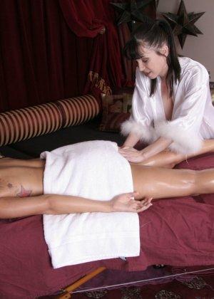 Первый лесбийский контакт у женщины случился на массаже - фото 9