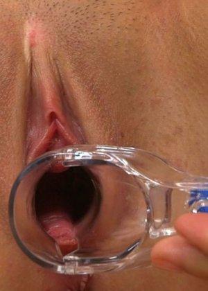 Девушка смазывает пизду маслом и засовывает внутрь гинекологический расширитель, чтобы показать свою щель крупным планом - фото 5