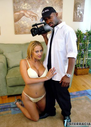 Блондинка давно мечтала затащить в свою спальню сексуального негра соседа, в этот раз член брутального самца оказался у нее во рту - фото 14