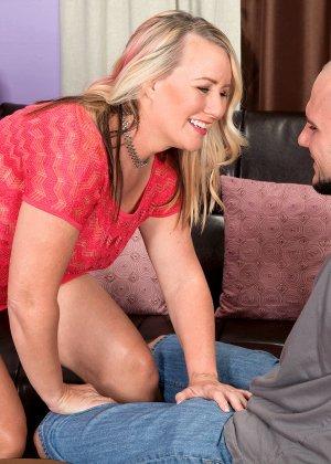 Пышногрудая блондинка пришла на прием к психологу, врач не смог устоять перед откровенным декольте и вставил член между сисек - фото 7