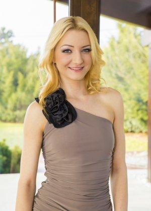 Блондинка пришла к парню в коротком платье и специально не надела трусиков - фото 8