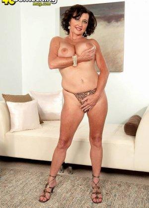 Соло Синди Стар,  зрелая домохозяйка с большими сиськами крутит свои тугие соски и ложится на белый диван - фото 2