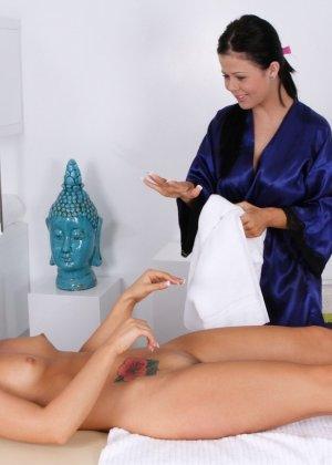 Молодая женщина долго не соглашалась, чтобы массажистка прикоснулась к ее пизде, но потом согласилась - фото 14