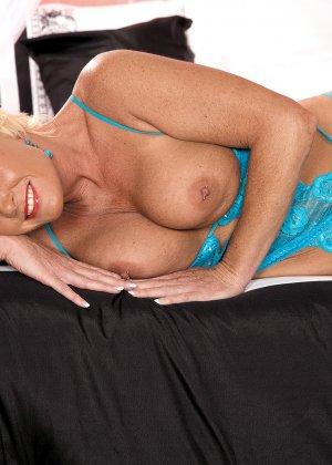 Сексуальная матюрка в голубом нижнем белье в ожидании хуя, который ее наконец-то выебет - фото 6