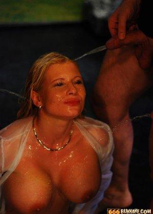 Мужчины по очереди ссали в рот грудастой блондинке - фото 7