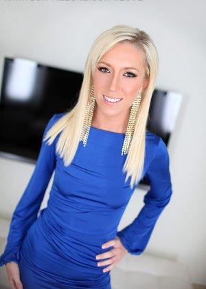 Гламурная блондинка позволяет себя оттрахать прямо в красивом синем платье и принимает сперму в ротик - фото 9