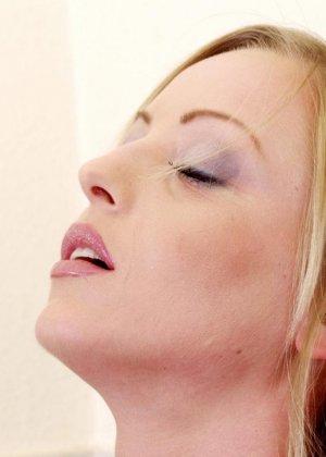 Девушка эротично отодвигает трусики и вставляет внутрь своей киски реалистичный вибратор - фото 11