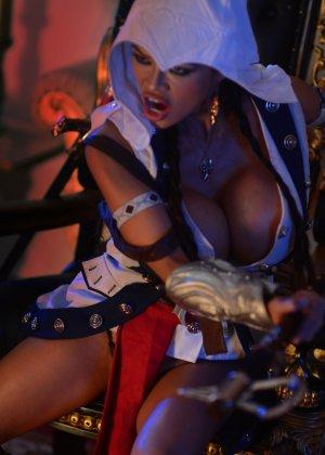 Арми Филд в роли очаровательно воительницы, ее большие невероятно упругие буфера невозможно не заметить - фото 5