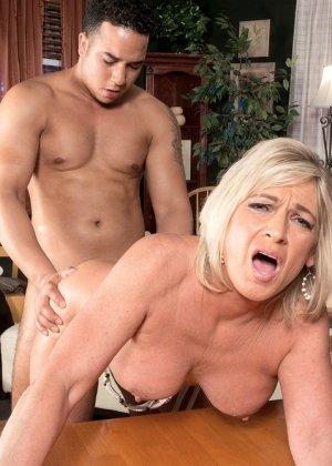 Брэнди Джеймс позволяет себя трахать молодому мужчине, а он кайфует от ее большого опыта - фото 4
