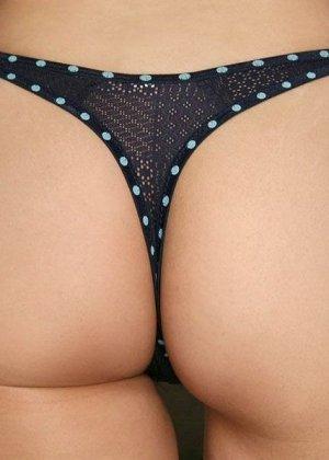 Азиатская девушка осмелилась показать полные сиськи и задницу в стрингах, но открывая взору волосатую вагину, она прикрывает самое главное - фото 13