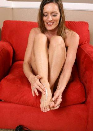 Поцеловала пальцы на своих ногах и открыла пизду - фото 4