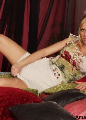 Грудастая стройная блондинка соглашается на любительскую съемку, но не спешит снимать всю одежду - фото 9