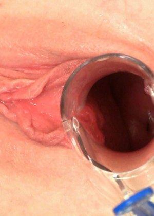 Женщина показывает, как сокращается ее матка во время оргазма - фото 4