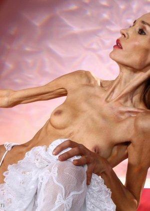 Очень худая балерина Ирина, позирует в белом нижнем белье и зачем-то показывает свою грудь - фото 7