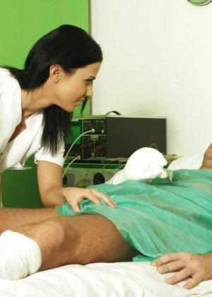 Медсестра сосет хуй у лежачего пациента - фото 11