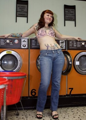 Девка зашла в прачечную и решила постирать все, даже белье, в котором пришла, поэтому ей приходится ждать голой - фото 12