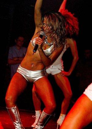 Сексуальная Кристина Милан на сцене - фото 4