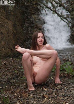 Девушка эротично позирует у водопада - фото 10