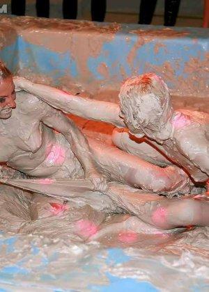 Телки, которые дерутся в грязи, собирают тысячи зрителей, мужики с удовольствием смотрят на мокрых женщин и их обнаженные тела - фото 4
